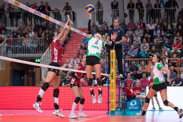 Das Foto zeigt das akrobatische Einhand Zuspiel von Mareike Hindriksen vom USC Münster im Spiel gegen den SC Potsdam