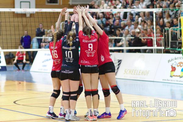 Das Foto zeigt die Stralsunder Wildcats beim Blockjubel in der 2. Volleyball Bundesliga.