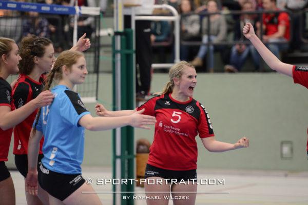 Das Foto zeigt eine Spielerin im roten Trikot vom VV Schwerte mit Freude über den gewonnen Punkt.