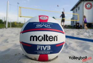 Der Molten V5B5000-DE Beachvolleyball im Sand auf dem Beachfeld. Er ist bereit für den Test bei VolleyballFREAK.