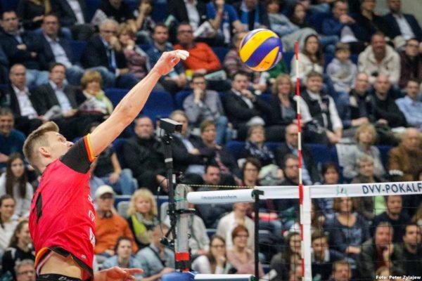 Der Angreifer von den Bisons Bühl beim Angriffschlag über die Volleyball Position 4.
