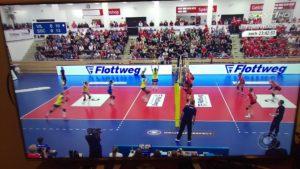 Das Foto zeigt einen Fernseher mit einer Liveübertragung der Volleyball Bundesliga.