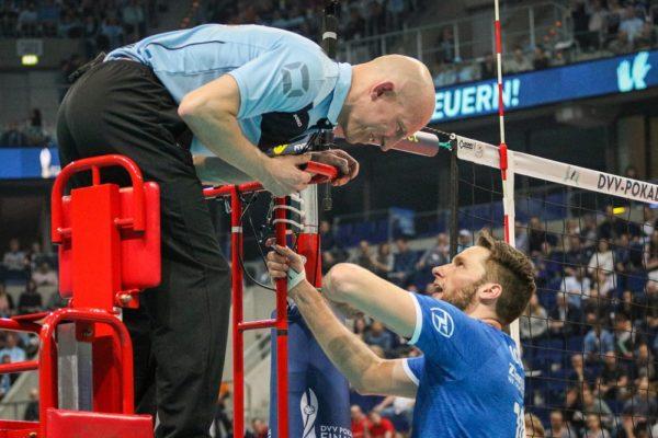 Friedrichshafen Kapitän lässt sich die Entscheidung vom Volleyballschiedsrichter erklären.