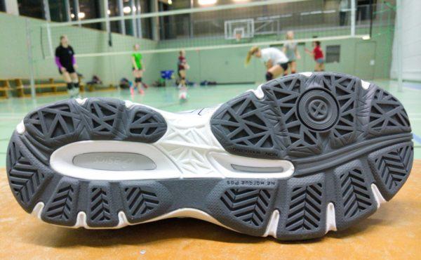 Das Foto zeigt die schwarze Schuhsohle vom Asics Netburner Ballistic