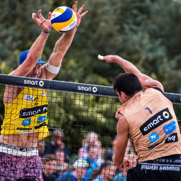 Beachvolleyballprofi Sebastian Fuchs beim Monsterblock auf der deutschen Beachvolleyball Tour