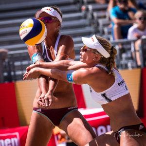 Das Foto zeigt Karla Borger/Margareta Kozuch während eines Ballwechsel auf der Beach-WM 2017 in Wien.