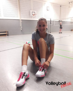 Das Foto zeigt Zuspielerin und Testerin Lissy mit den Kempa Wing Lite Sportschuhen