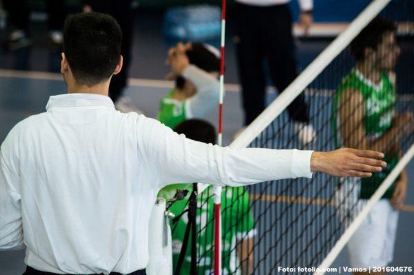 Das Foto zeigt einen Schiedsrichter, welcher ein Testspiel im Trainingslager leitet.
