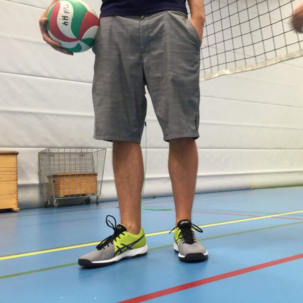 Die Volleyballschuhe Asics GEL Tactic beim Test auf dem Volleyballfeld.