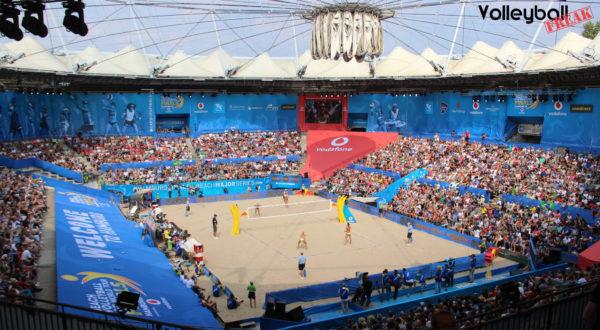 das Foto zeigt das volle Stadion am Rotherbaum während des Beachvolleyball World Tour Finale 2018