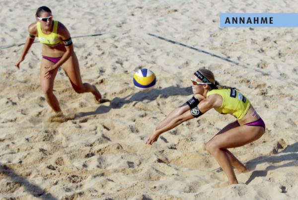 Das Foto zeigt 2 Profi Beachvolleyballerinnen bei der Annahme