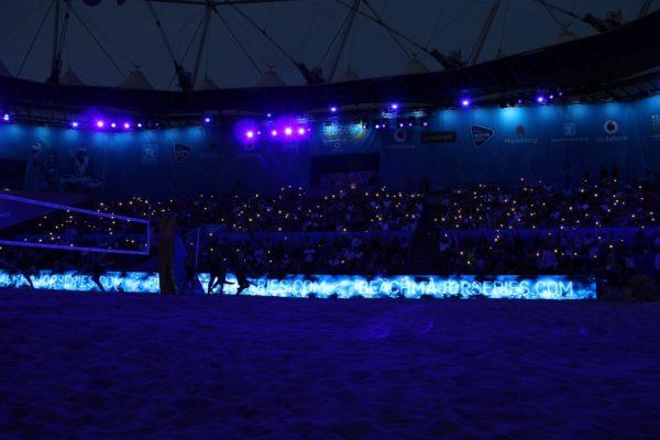 Das Stadion am Rothenbaum im Dunkeln beim Abend. Mit Handytaschenlampen schaffen die Fans eine stimmungsvolle Kulisse.