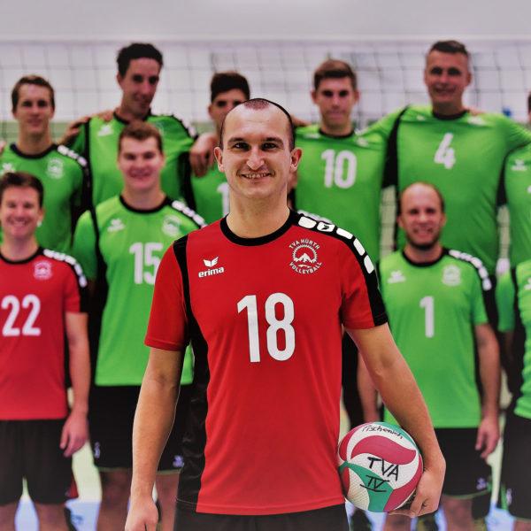 Das Foto zeigt VolleyballFREAK Steffen im roten Liberotrikot vor seinem Team.