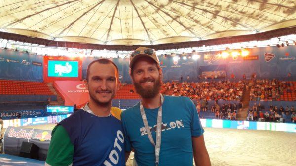 Das Foto zeigt die VolleyballFREAKs Steffen (rechts) und Tobi(links). Im Hintergrund ist der Bachvolleyball Center Court des Stadion am Rothenbaum zu sehen.