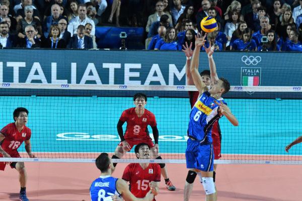 Zuspieler Simone Giannelli spielt den Volleyball mit einer Hand bei der Volleyball-Weltmeisterschaft 2018 der Herren