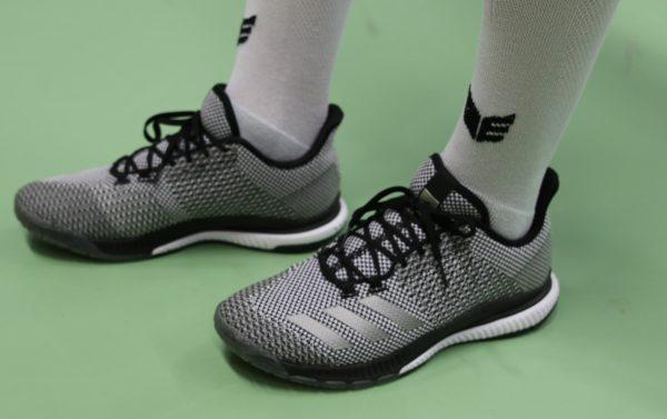 Das Foto zeigt die Adidas Crazy Bounce 2 von der Seite.