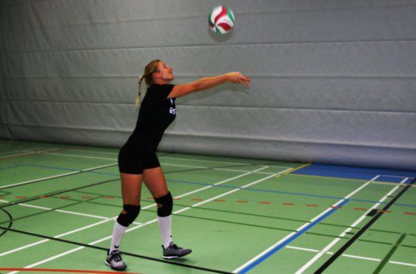 Das Foto zeigt eine Volleyballerin mit den Volleyballschuhen von Adidas.