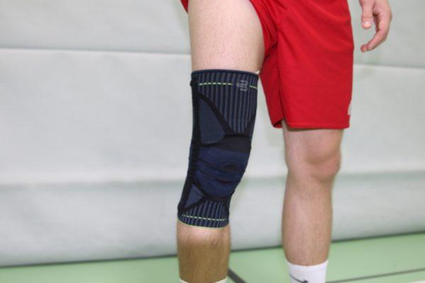 Das Foto zeigt die schwarze Bauerfeind Kniebandage an Tobis Knie.