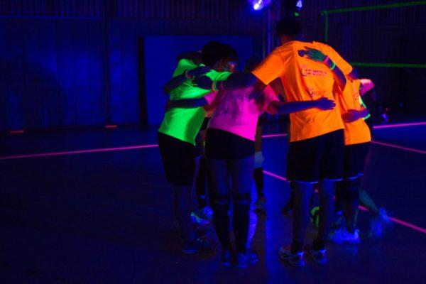 Das Foto zeigt eine Volleyballmannschaft auf dem Schwarzlicht Cup.