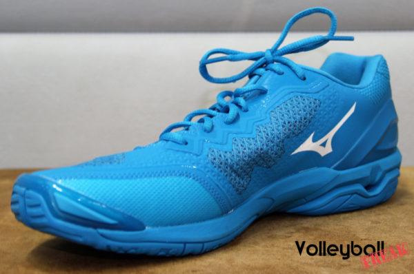 Das Foto zeigt di Innenseite des Mizuno Wave Stealth V. Der Schuh ist komplett in blau und hat ein weißes Mizuno Logo.