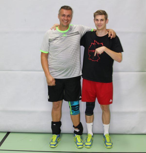 Das Foto zeigt die Volleyballer und Tester Alex und Tobi mit den Bauerfeind Kniebandagen.
