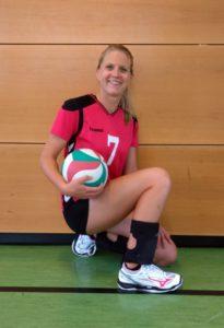 Das Foto zeigt VolleyballFREAK Testerin Carina mit den neuen Volleyballschuhen Mizuno Mirage 2.1