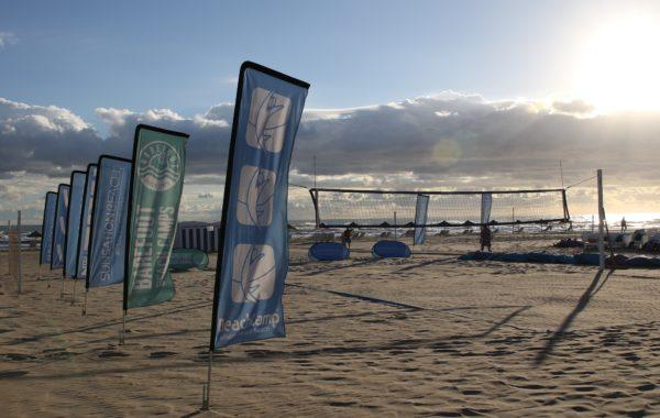 Das Foto zeigt den Center Court im Beachzeit Herbstcamp 2018 am frühen morgen.