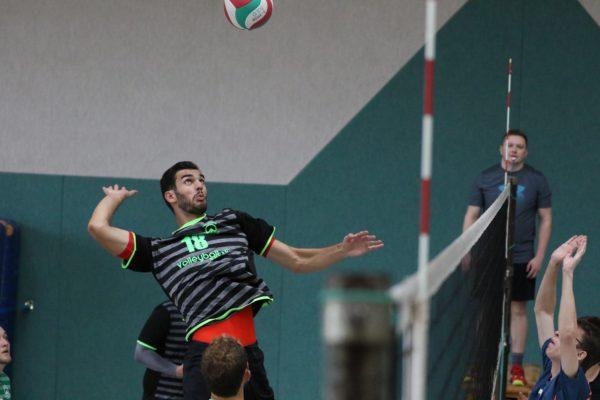 Das Foto zeigt einen Volleyballer beim Angriff. Er trägt das Erima Barcelona Trikot.