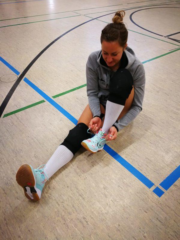 Das Foto zeigt Testerin Lea mit dem neuen Hummel Aero Volley Fly Volleyballschuh.