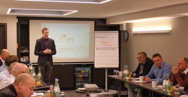 Das Foto zeigt einen Einblick in die DVV-Versammlung während des Workshop zum hauptamtlichen Vorstand.