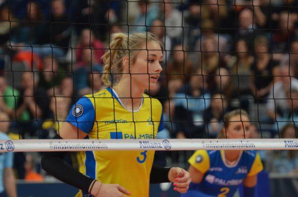 Das Foto zeigt Louisa Lippmann beim DVV-Pokal 2017 im gelben Triktot des SSC Palmberg Schwerin.