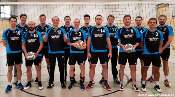 Das Foto zeigt die komplette Volleyballmannschaft des HSV Weimar 2018/2019 mit Norman Hüttner.