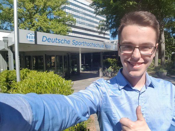 Das Foto zeigt Norman nach der abgeschlossenen A-Trainerlizenz an der deutschen Sporthochschule in Köln.