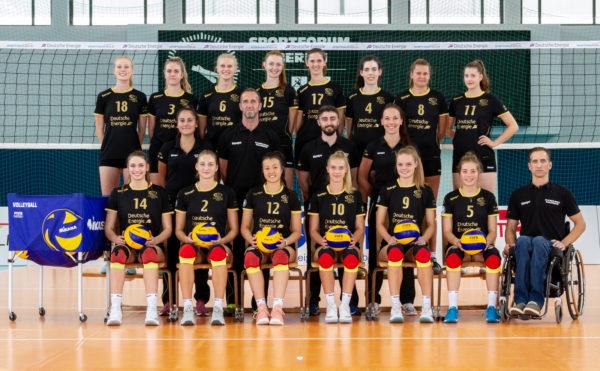Das Foto zeigt das Teamfoto des VC Olympia Berlin mit Verena Steinbach als Co-Trainerin.