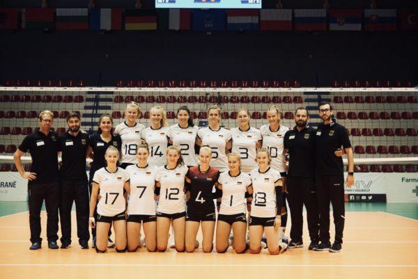 Das Foto zeigt ein Mannschafts mit Verena Breitenbacher bei der DVV Jugendnationalmannschaft.