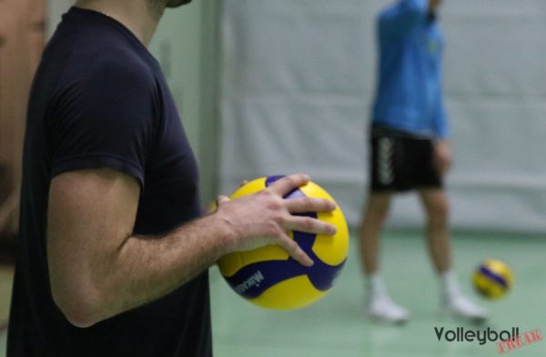 Das Foto zeigt den Mikasa v200w Volleyball im VolleyballFREAK-Test.