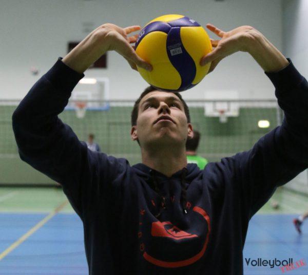 Das Foto zeigt einen Volleyballer beim Pritschen mit dem Mikasa V200W.