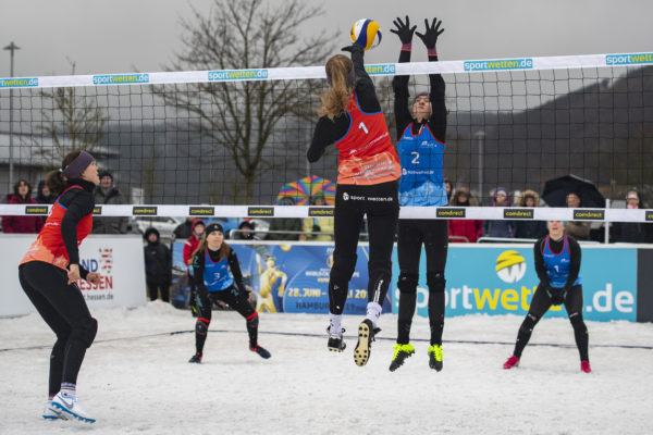 Sarah Overländer beim Angriff im Snow Volleyball