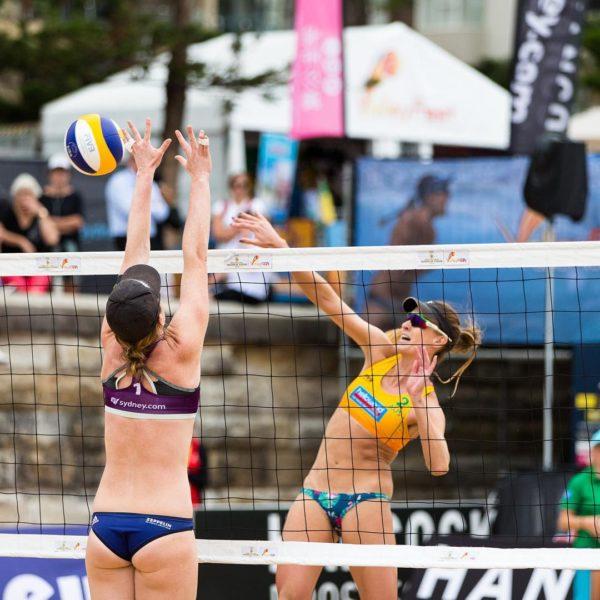 Julia Sude versucht den Ball zu blocken beim Turnier in Sydney