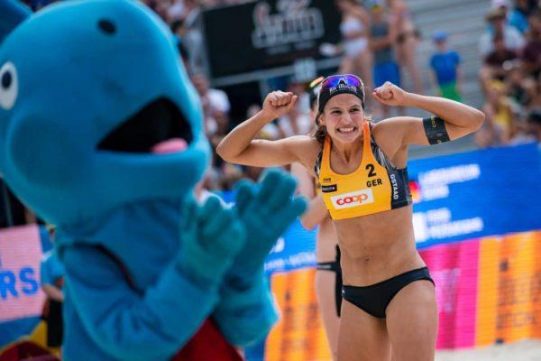 Das Foto zeigt Chantal Laboureur beim Jubeln auf der Beachvolleyball World Tour