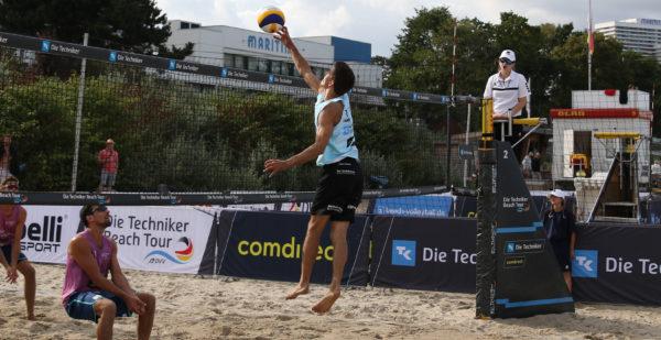 Das Foto zeigt einen Beachvolleyballer beim Pokeshot für einen Angriff im Beachvolleyball