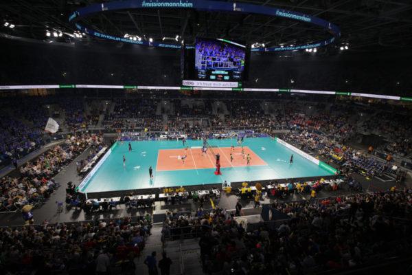 Das Foto zeigt das Volleyballfeld in der SAP Arena Mannheim beim DVV Pokalfinale 2019