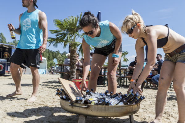 Beachvolleyballspieler schnappen sich die Freigetränke von Paulaner