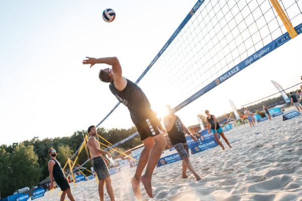 DAs Foto zeigt einen Beachvolleyballspieler auf dem Event der Paulaner Beach Days.