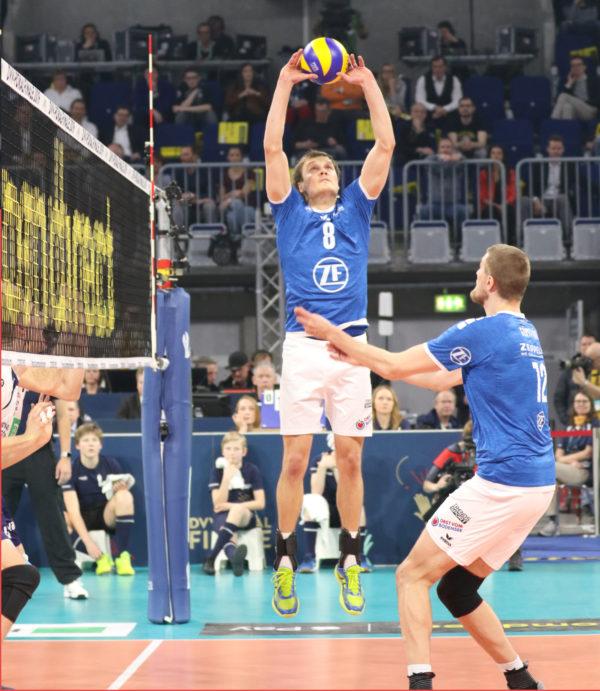 Jakub Janouch spielt den im Sprung zu.
