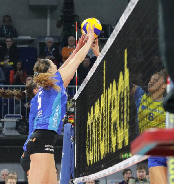 Beim Block müssen die Hände über das Netz reichen.