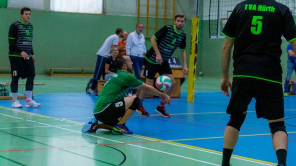 Volleyballfreak Steffen bei der Annahme im Spiel. Dabei trägt er die blauen Asics Sky Elite  FF.