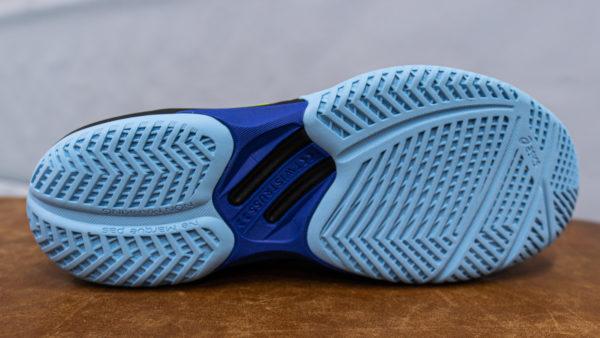 Auf dem Foto sieht man die  Sohle vom Sky Elite FF. Hellblau ist die flexible Sohle mit dem harten Gummi und den Verstrebungen für mehr Grip. Dunkelblau steifes Mittelteil für mehr Stabilität