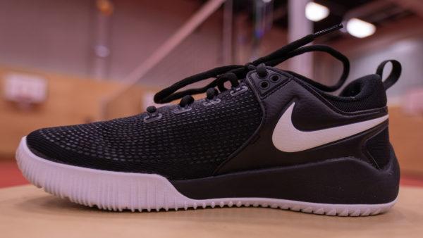 DAs Foto zeigt den Nike Zoom Hypeace 2 Volleyballschuh von der Innenseite. Im Hintergrund sieht man ein Volleyballnetz.